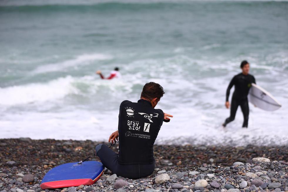 Deportistas aprovecharon el cielo despejado de esta mañana para disfrutar de las olas. (Foto: Hugo Curotto / GEC)