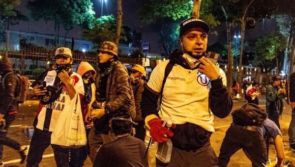 """Los """"compadres"""" se unieron en la primera línea durante las protestas contra Manuel Merino. (Fotografía: Gabriel Vargas / @Gabriel_Floyd)"""