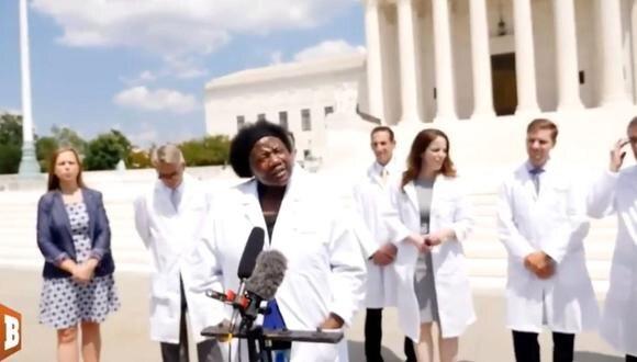 Durante una conferencia de prensa del 27 de julio de 2020, los miembros de un grupo llamado Frontline Doctors de Estados Unidos plantearon varias teorías de conspiración no comprobadas sobre la pandemia de coronavirus