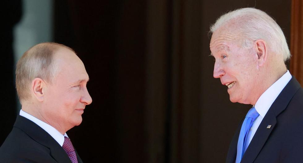 El presidente ruso Vladimir Putin (izq.) le da la mano al presidente estadounidense Joe Biden antes de su reunión en la 'Villa la Grange' en Ginebra, el 16 de junio de 2021. (DENIS BALIBOUSE / POOL / AFP).