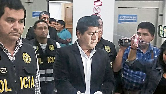 El alcalde de Villa María del Triunfo, Ángel Chilingano, entre los detenidos. (USI)