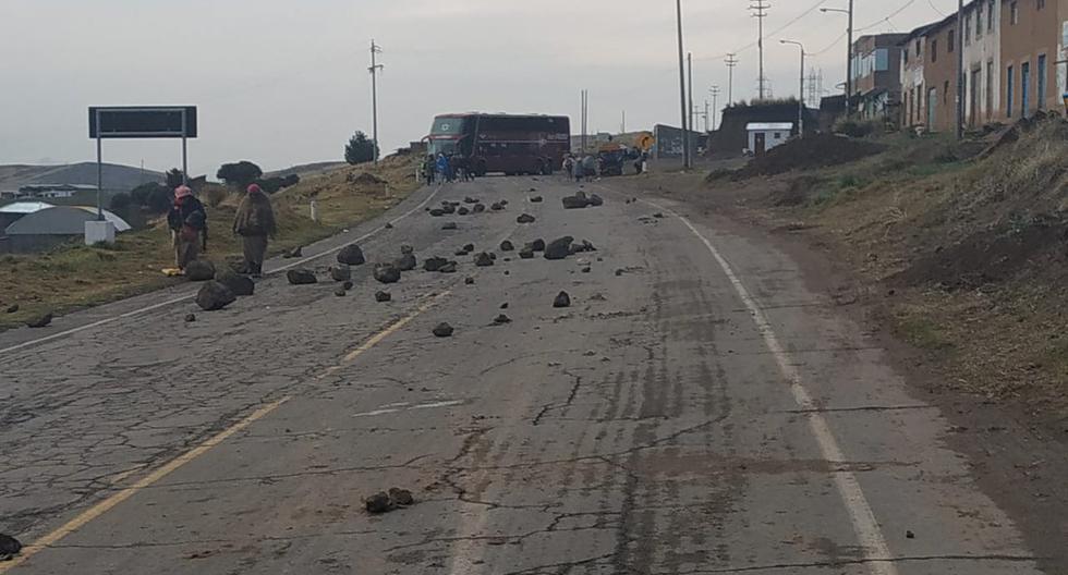 Manifestantes han utilizado piedras para bloquear vías. (Foto: Twitter congresista @oraciopacori)