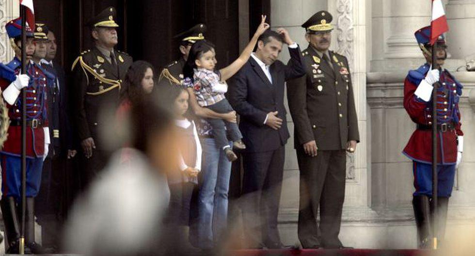 SALUDO ESPECIAL. La familia presidencial presenció el cambio de guardia en Palacio. (Alberto Orbegoso)