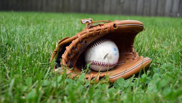 Un lanzamiento a toda velocidad convirtió a estos dos beisbolistas en una sensación viral. (Foto: Pixabay/Referencial)
