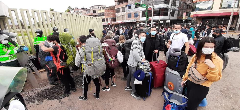 Turistas israelíes, norteamericanos y europeos permanecen en los exteriores del aeropuerto del Cusco. (Foto: Juan Sequeiros)