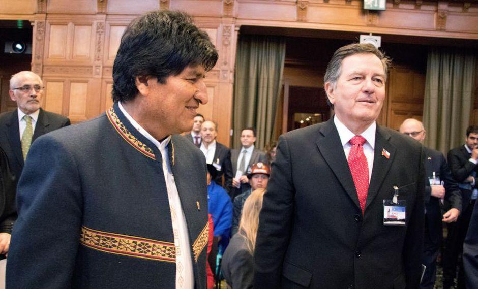 El presidente de Bolivia Evo Morales (i), y Roberto Ampuero, canciller de Chile, durante los alegatos orales. (EFE)