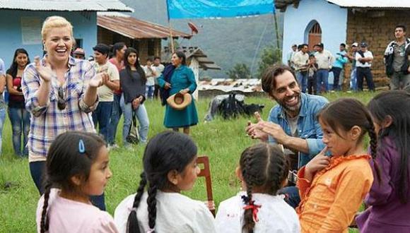 Clarkson junto a niños de comunidad peruana. (Green Mountain Coffee)