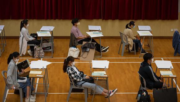 Las escuelas de Hong Kong cerrarán desde el próximo miércoles hasta después de las navidades para intentar frenar la cuarta oleada de coronavirus. (Foto: Jerome FAVRE / POOL / AFP)