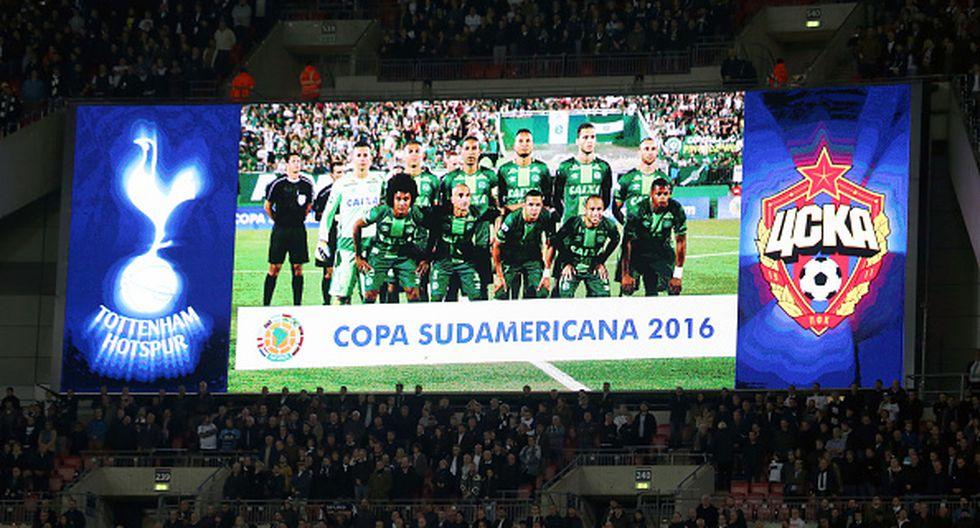 Varios homenajes alrededor del mundo se le realizaron al Chapecoense. Aquí se ve una imagen del equipo brasileño en una pantalla durante un partido del Tottenham Hotspur de Inglaterra. (Getty Images)