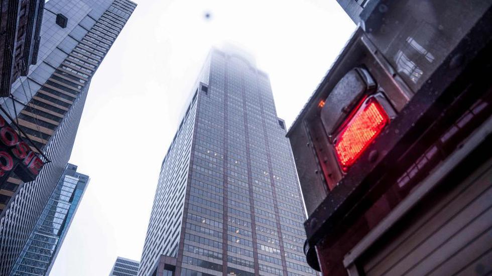 Un helicóptero se estrelló contra un rascacielos en Manhattan. Estas son las primeras fotos del suceso. (Foto: AFP)