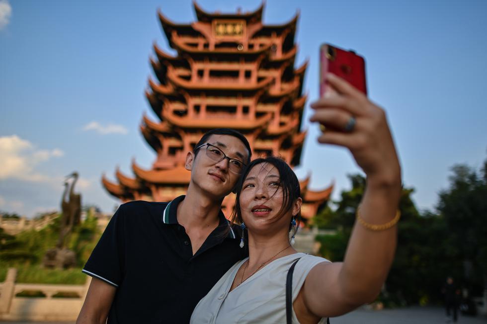 Wuhan, la ciudad china que fue hace nueve meses epicentro del coronavirus, ha dejado atrás el virus y renace. (Foto: Hector RETAMAL / AFP)