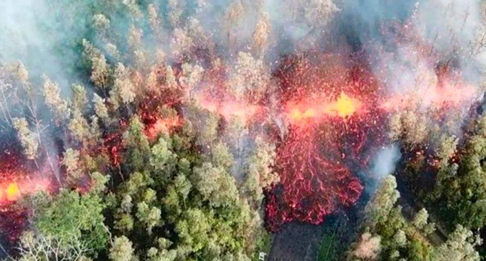 Un fotógrafo logró captar el impactante momento en el que un río de lava se abre paso en una zona residencial de Hawái. (Foto: Captura)
