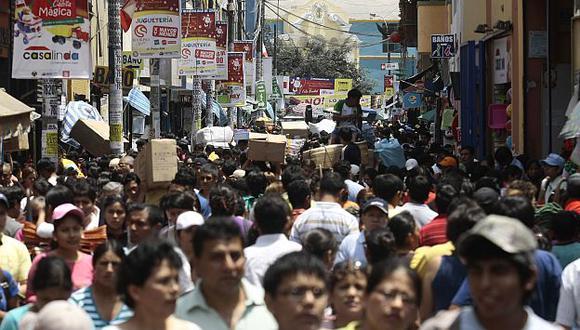 Comerciantes continúan colocando mercadería en las veredas. (L. Gonzales)