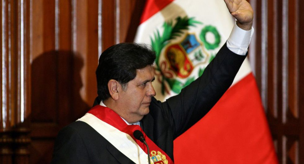 10. El año 2006 tentó nuevamente la Presidencia y ganó en segunda vuelta a Ollanta Humala. Durante su segundo periodo (2006-2011) estallaron casos como los Petroaudios y Narcoindultos. (Foto: AFP)
