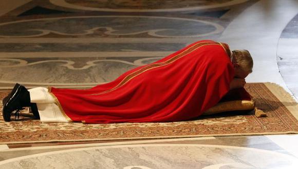 Penitencia. Francisco se postró ante el altar en señal de adoración y en petición de perdón. (Reuters)