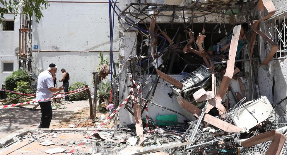 Imagen referencial. Israelíes inspeccionan un edificio dañado tras ser alcanzado por un cohete disparado desde la Franja de Gaza, en la ciudad de Ashdod, Israel, el 18 de mayo de 2021. (EFE/EPA/ABIR SULTAN).