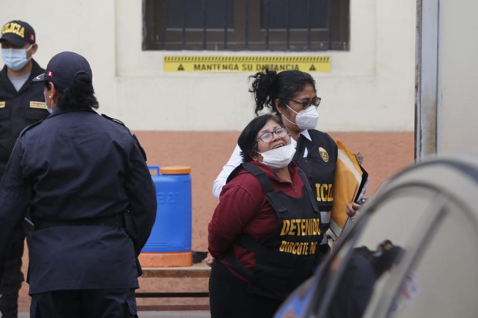 Las 70 personas que fueron detenidas durante esta madrugada tras un presunto vínculo con Sendero Luminoso y el Movimiento por la Amnistía y Derechos Fundamentales (Movadef) fueron trasladados a la sede de la Dirección Contra el Terrorismo PNP (Dircote), en Cercado de Lima. (Foto: Violeta Ayasta /@photo.gec)