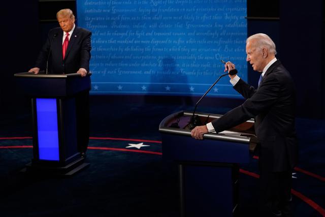 Donald Trump y su rival demócrata Joe Biden participan en el debate presidencial final en la Universidad de Belmont en Nashville, Tennessee. (AFP / POOL / Morry GASH).
