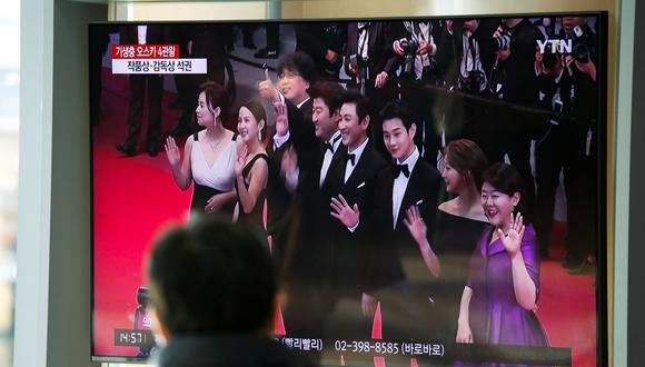 Un hombre ve en la televisión surcoreana la premiación de los Oscar. (REUTERS/Heo Ran)