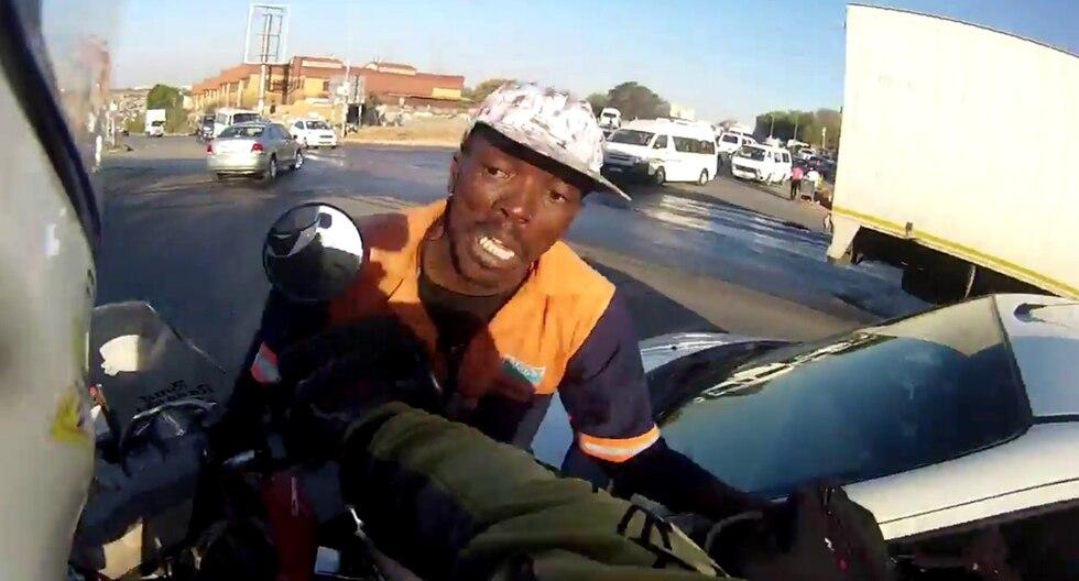 El motociclista frustró el asalto al paso del que fue testigo en una calle de Sudáfrica. (Crédito: Anton Damhuis en Facebook)