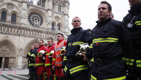 Alrededor de 270 bomberos de Francia acudieron a este acto en el Elíseo, en el que también hubo policías y miembros de protección civil. (Foto: EFE)