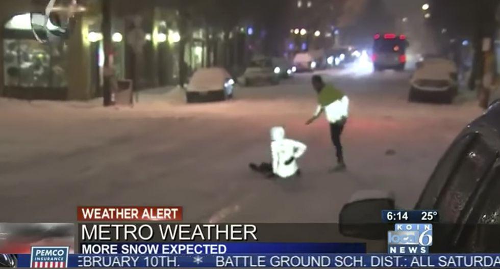 Dice que la nieve es la mejor superficie para correr y se cae a los pocos metros. (YouTube)