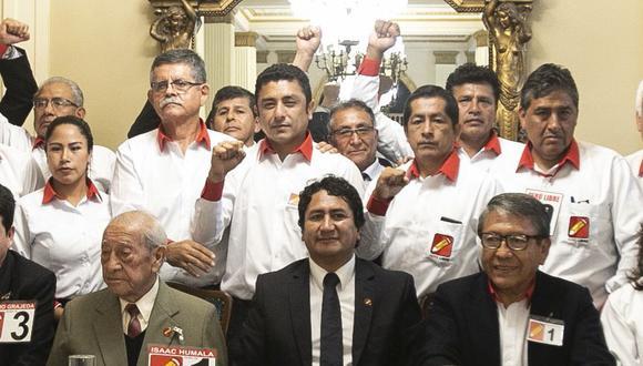 Guillermo Bermejo (al medio de polo blanco) junto a Vladimir Cerrón. (Foto: GEC)