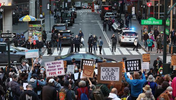 Los manifestantes se reúnen frente a la Biblioteca Pública de Nueva York en la Quinta Avenida y la Calle 41 para manifestar que se asegure que cada boleta se cuente en las elecciones presidenciales de 2020 en Nueva York. (EFE/JUSTIN LANE).