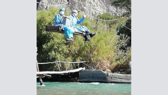 Brigada de salud cruzó el río Majes para llegar al centro poblado Huatiapa, en el distrito de Huancarqui, provincia de Castilla, para vacunar contra la COVID-19 a adultos mayores. (Foto: MINSA)