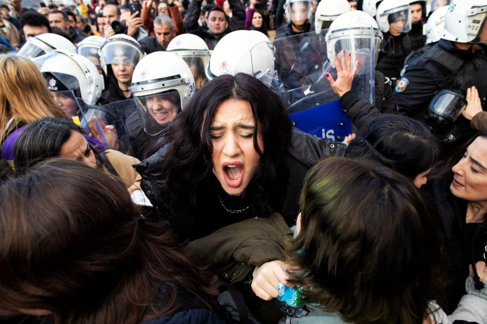 La Policía turca ha dispersado este domingo una manifestación de centenares de mujeres que se habían congregado en Estambul para cantar la canción feminista 'Un violador en tu camino'. (EFE)