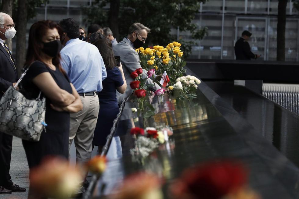invitados y familiares de los fallecidos el 11 de septiembre de 2001 asisten a la ceremonia de conmemoración en Nueva York. (EFE/EPA/PETER FOLEY).