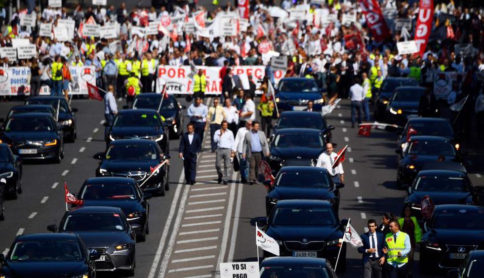 Conductores que trabajan con aplicaciones como Uber y Cabify se congregaron en Madrid, España, para protestar contra el decreto que el Gobierno tiene previsto aprobar para regular el sector. (Foto: AFP)