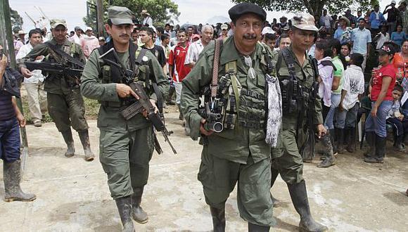Jairo, líder rebelde de las FARC, junto a dos de sus tenientes. (AP)