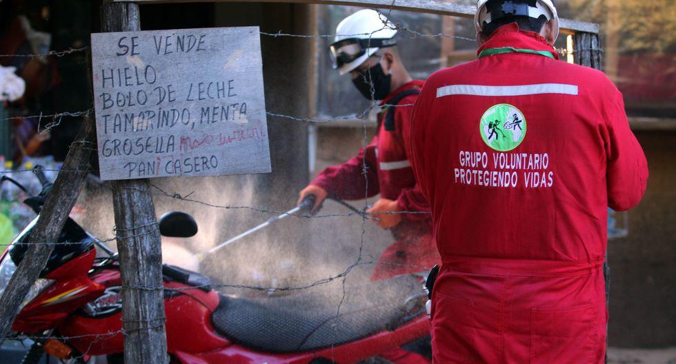 Casa por casa, barrios de Santa Cruz, la ciudad boliviana más golpeada por la COVID-19, ven desinfectados gratis sus hogares y calles gracias a estos voluntarios. (Foto: EFE/ Juan Carlos Torrejón)