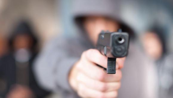 En cuestión de segundos, delincuentes ingresaron al local y redujeron al vigilante. (Getty)