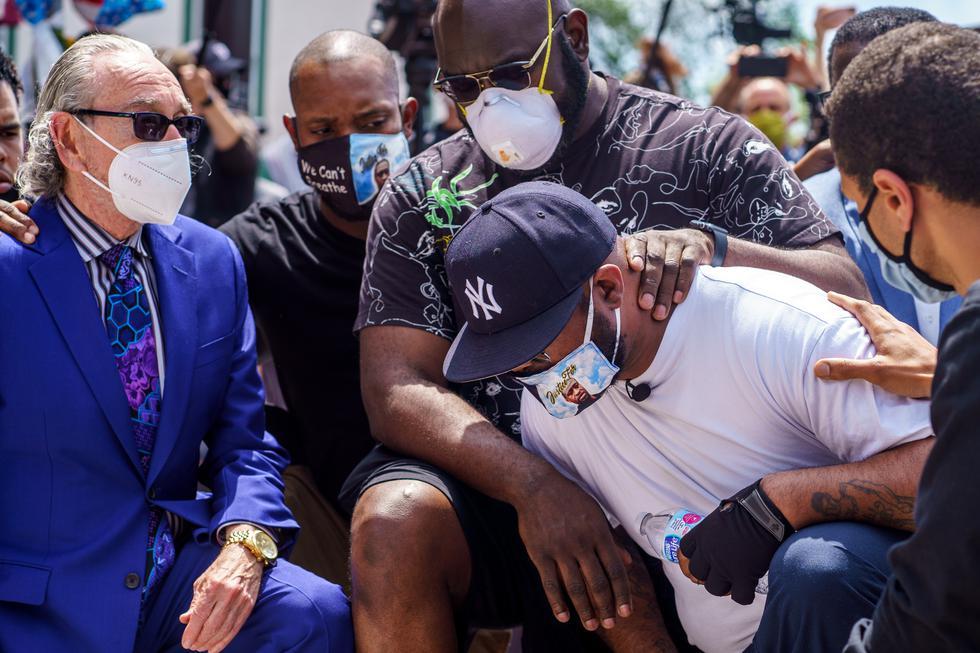 Terrence Floyd, hermano George Floyd llegó hasta el lugar donde murió su pariente y pidió cesar violentas protestas. (AFP)