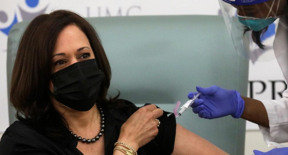 La vicepresidenta electa de Estados Unidos, Kamala Harris, recibe una dosis de la vacuna Moderna en el United Medical Center en Washington. (REUTERS/Leah Millis).