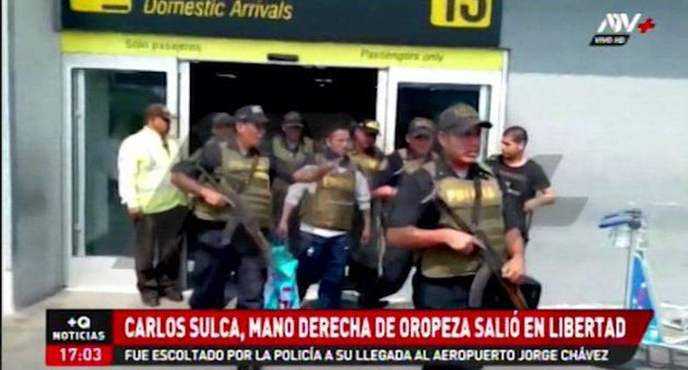 A su arribo al aeropuerto Jorge Chávez,Carlos Sulca fue resguardado por un grupo de policías. Fue trasladado en un patrullero a la vivienda donde cumplirá arresto domiciliario. (ATV+)