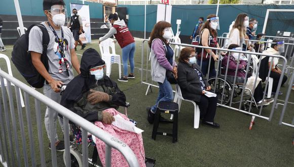 Alcalde de Lima cuestionó falta de jeringas y demora en llegada de dosis contra el COVID-19 en centro de vacunación ubicado en Pueblo Libre. (Foto: Eduardo Cavero / @photo.gec)