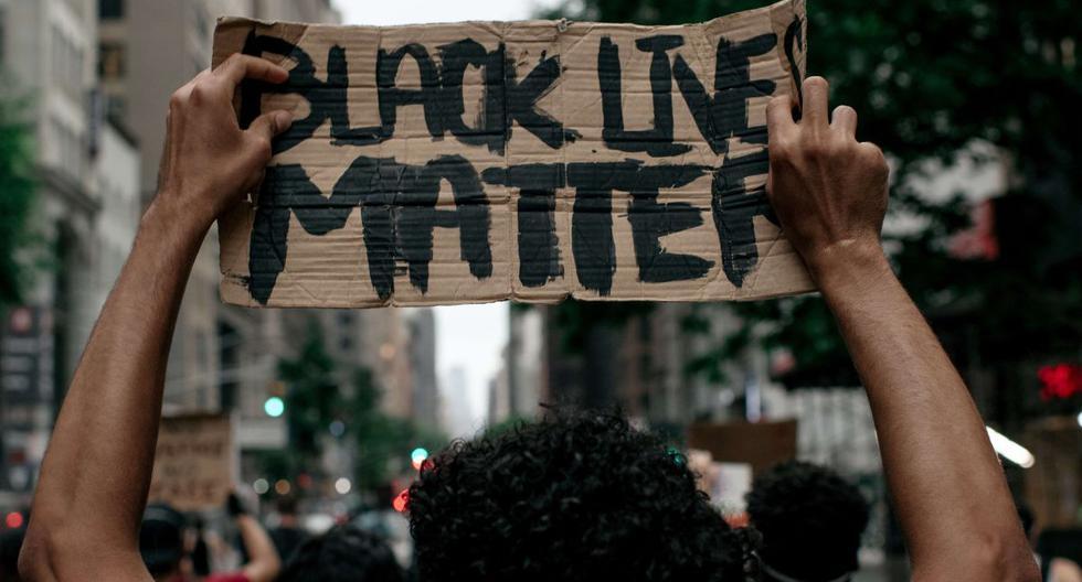 Los manifestantes salen a la calle durante una marcha contra la brutalidad policial el 11 de junio de 2020 en la ciudad de Nueva York. (AFP/Scott Heins).