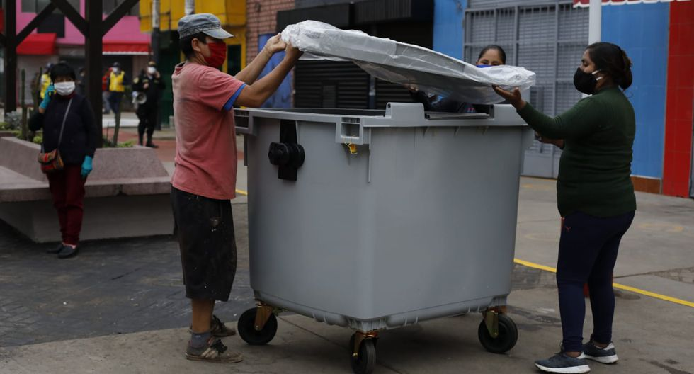 El alcalde de San Martín de Porres, Julio Chávez, supervisó esta mañana las medidas implementadas en el mercado de Caquetá tras su cierre, el pasado 29 de abril. (Foto: Diana Marcelo/GEC)