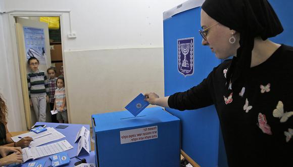 Una mujer judía ultraortodoxa emite su voto durante las elecciones parlamentarias de Israel en un colegio electoral en Tel Aviv. (Foto: AFP)