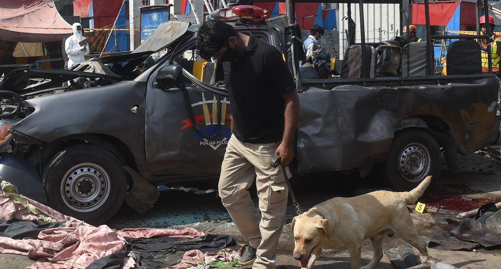La policía confirmó la explosión, en tanto que la televisión pública (PTV) mostraba imágenes de vehículos dañados y de personal de socorro trabajando en el lugar del incidente. (AFP)