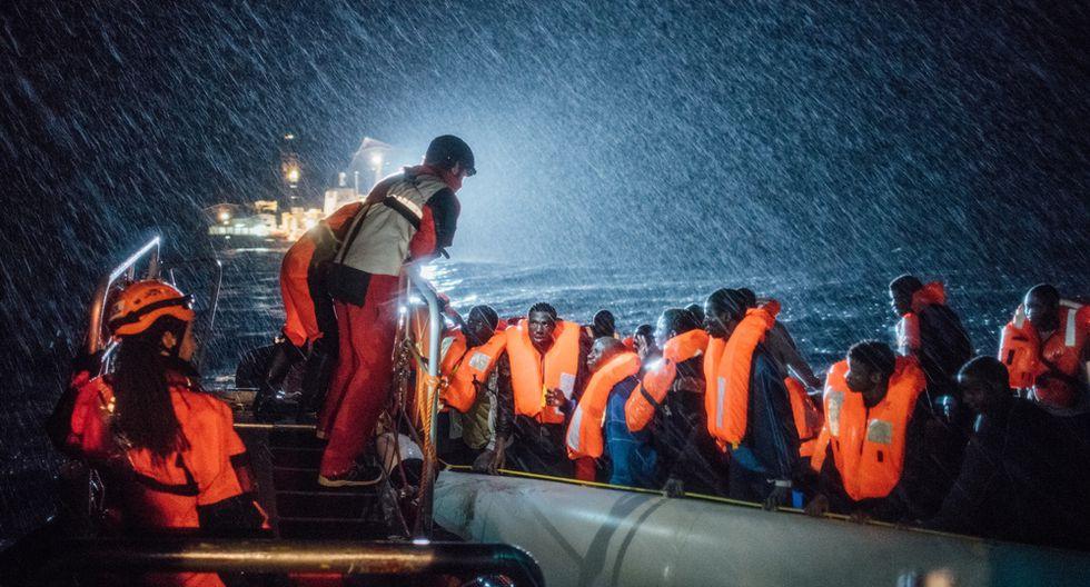 Un equipo de búsqueda y rescate trabaja en terribles condiciones en el mar Mediterráneo mientras ayuda a un barco donde se encuentran migrantes y refugiados en la costa norte de Libia (Kevin McElvaney).