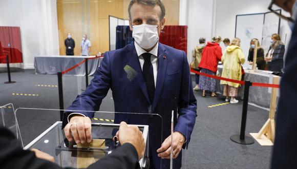 El presidente de Francia, Emmanuel Macron, deposita su voto mientras vota en un colegio electoral en Le Touquet, para la segunda vuelta de las elecciones regionales. (Foto de Ludovic MARIN / POOL / AFP).