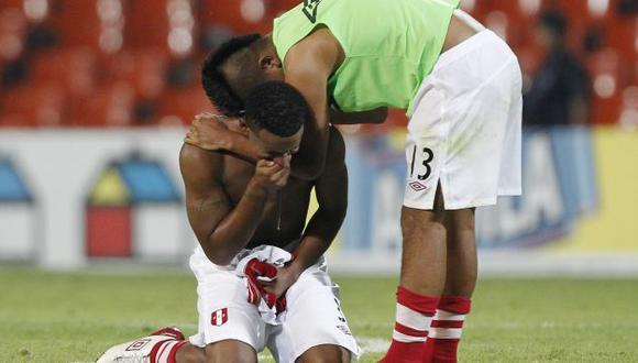 LLORA PERUANO. Diego Chávez consuela a Marcos Ortiz. Hicieron un buen torneo, pero no les alcanzó. (Reuters)