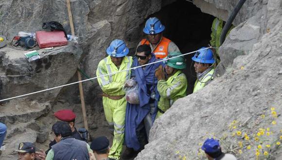 La salida del primer minero de la mina Cabeza de Negro causó algarabía entre familiares y rescatistas. (Luis Gonzáles)