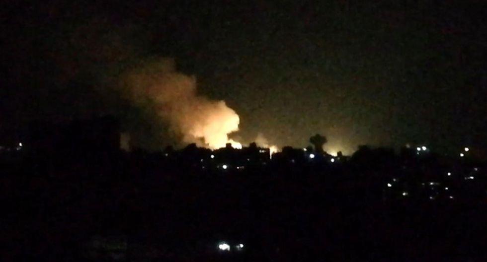 Captura tomada de un video muestra lo que parece ser el humo que ondea en los edificios cercanos a la capital siria, Damasco, luego de un ataque aéreo israelí durante la noche del 1 de julio de 2019. (Foto referencial: AFP)