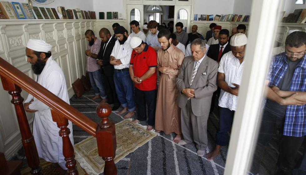 En paz. La mezquita de Magdalena recibe, cada viernes para el tradicional rezo, a árabes, africanos, franceses, asiáticos e, incluso, peruanos. (Luis Gonzales)