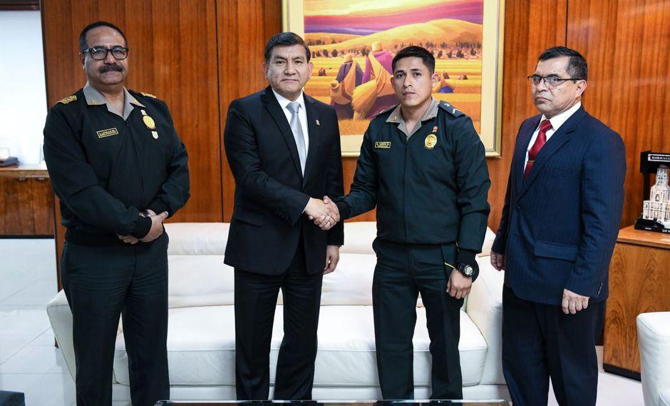 El ministro del Interior, Carlos Morán, se reunió con el agente Evert Cueva Cueva y le expresó su respaldo. (Mininter)